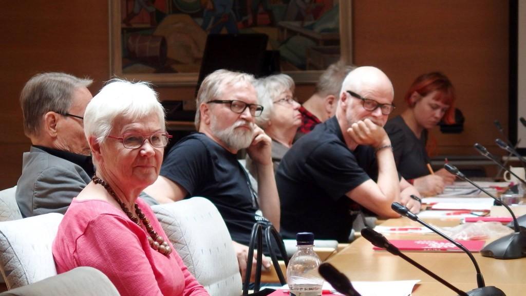Kuva kokouksesta, jossa kuunnellaan parhaillaan liittokokousesitelmiä.