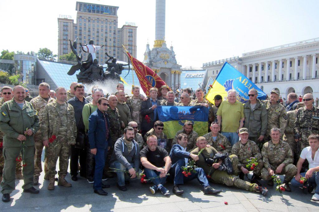 Aidar -pataljoonan sotilaita Itä-Ukrainassa kaatuneiden toveriensa hautajaisissa Maidanin aukiolla. Sotarikoksista syytetty pataljoona määrättiin hajotettavaksi maaliskuussa 2015. Osa sen jäsenistä sotii Ukrainan armeijan riveissä.