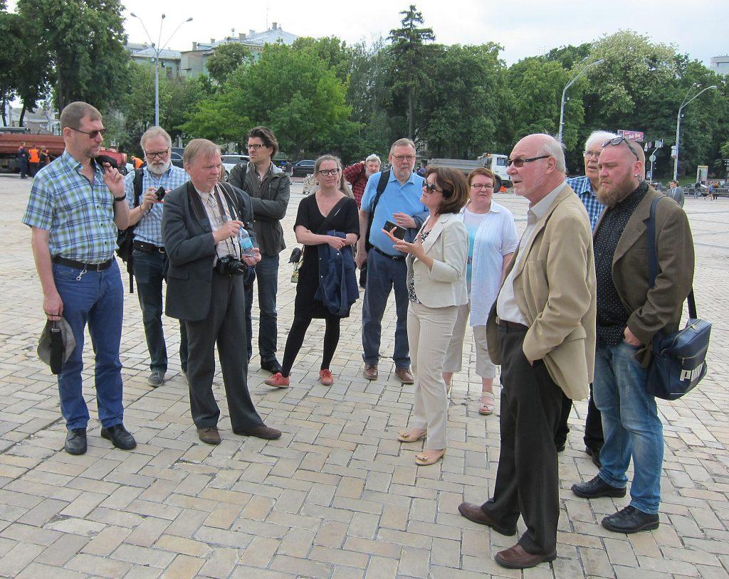 Opintomatka osanottajia hotelli Ukrainan pääovella.