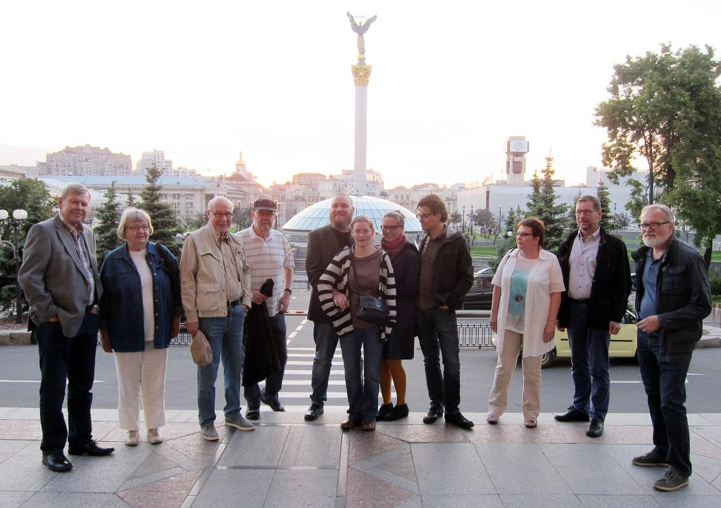 Anna Hontsharyk opasti matkalaisia Ukrainan nälänhädän muistomerkillä Mihailovskan aukiolla.
