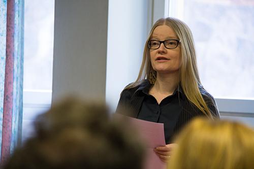 Kuvassa Johanna Vehkoo lukemassa kirjoittamaansa puhetta.