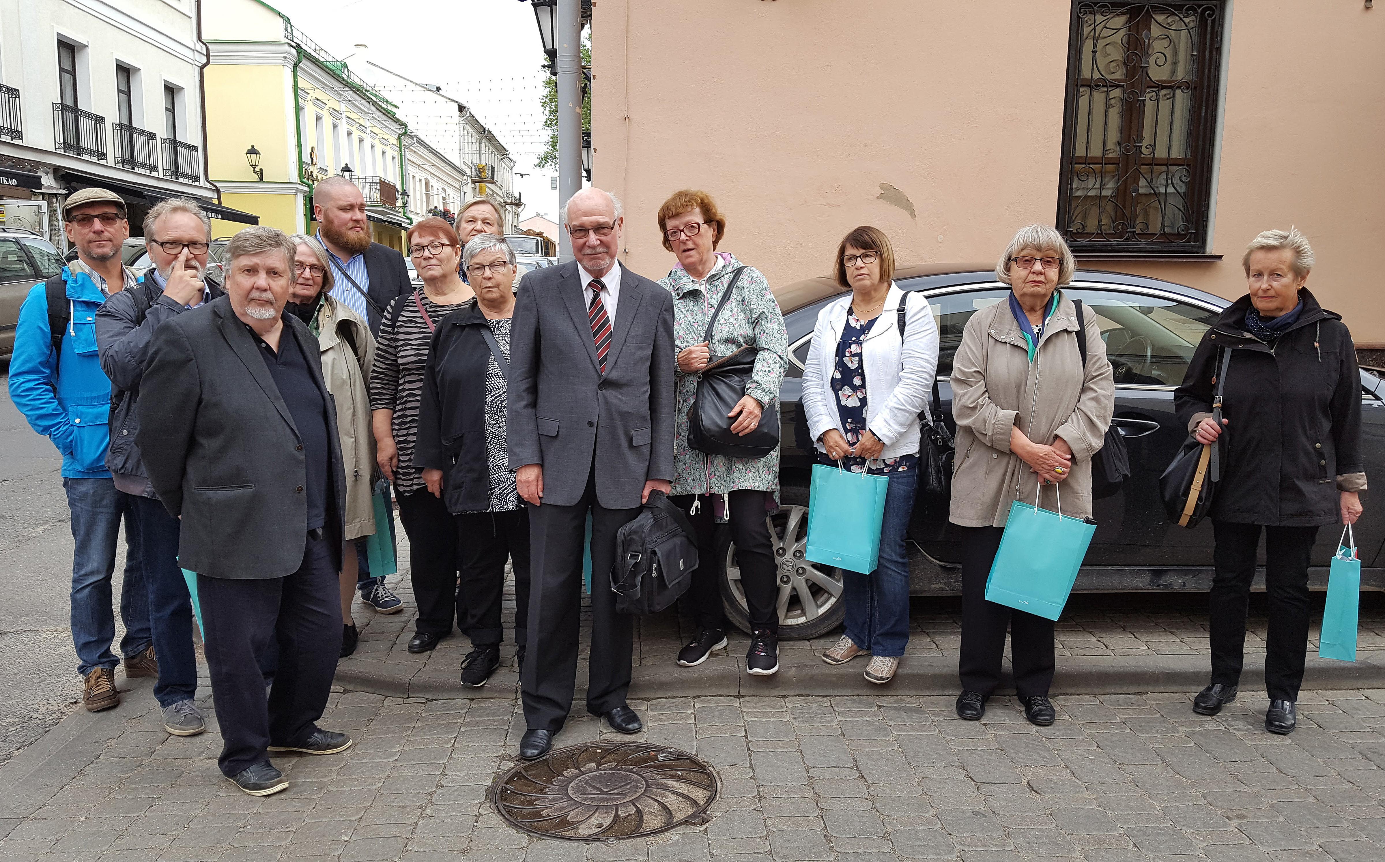 Yleisen Lehtimiesliiton kulttuurimatkan osanottajia Ruotsin Minskin lähetystön edustalla.